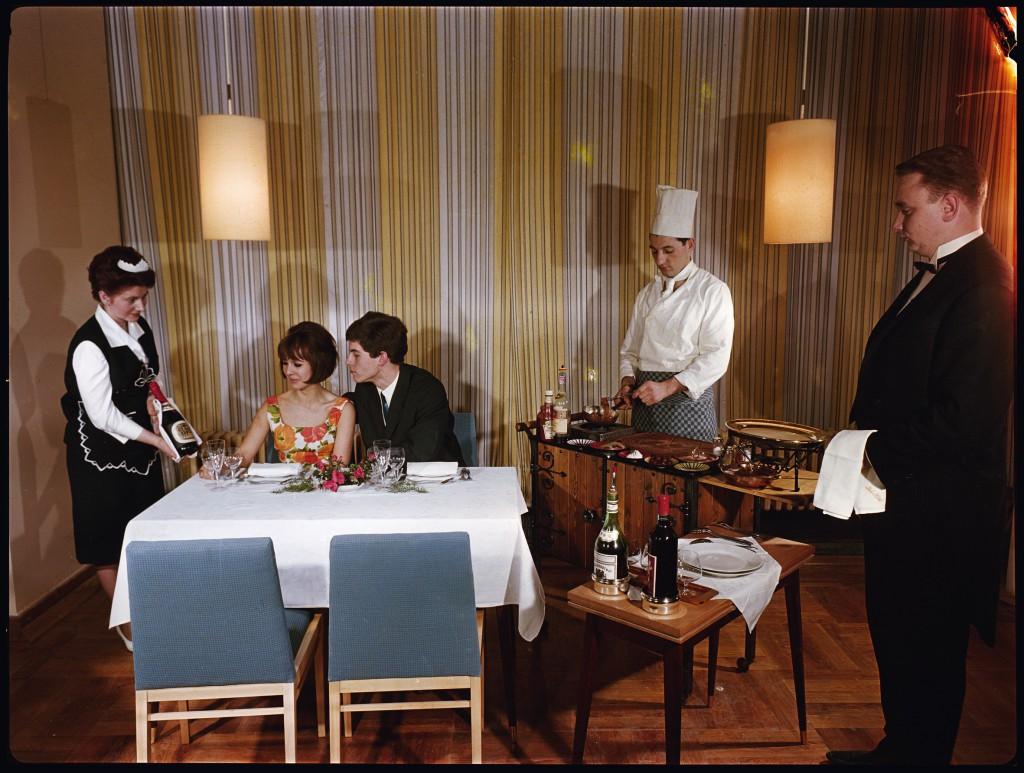 Hauptstadtkultur: Farbe für die Republik - Im Restaurant des Interhotel Leipzig [:HSKLTR]