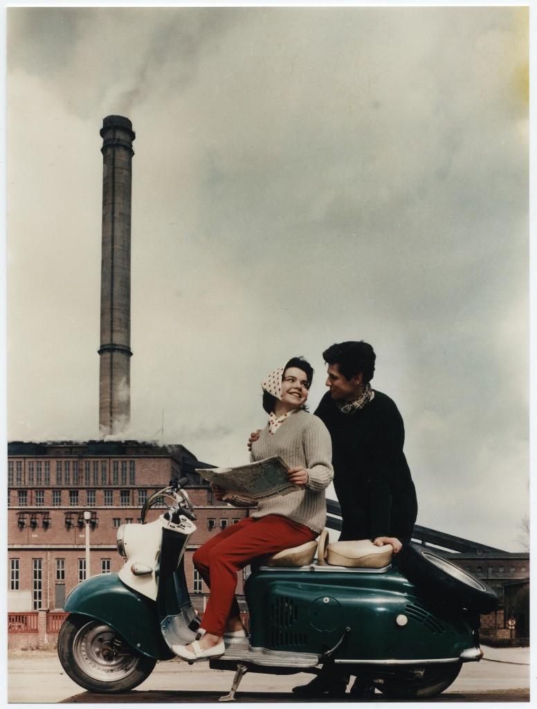 Hauptstadtkultur: Farbe für die Republik - Paar mit Motorroller vor dem Kraftwerk Vockerode [:HSKLTR]