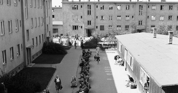 Warten auf die Registrierung im Notaufnahmelager Marienfelde