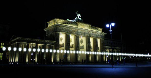 25 Jahre Mauerfall - Lichtgrenze Brandenburger Tor entlang des ehemaligen Berliner Mauer zum 9. November 1989 ©Kulturprojekte Berlin_WHITEvoid / Christopher Bauder