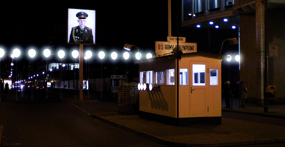 25 Jahre Mauerfall - Lichtgrenze Checkpoint Charlie entlang des ehemaligen Berliner Mauer zum 9. November 1989 ©Kulturprojekte Berlin_WHITEvoid / Christopher Bauder