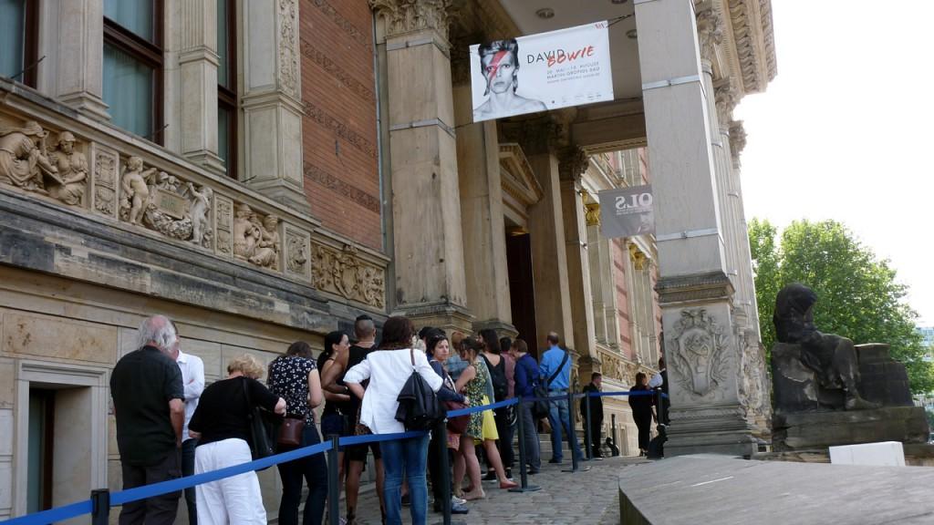 Besuchermagnet Bowie: Schlange stehen am Martin-Gropius-Bau.