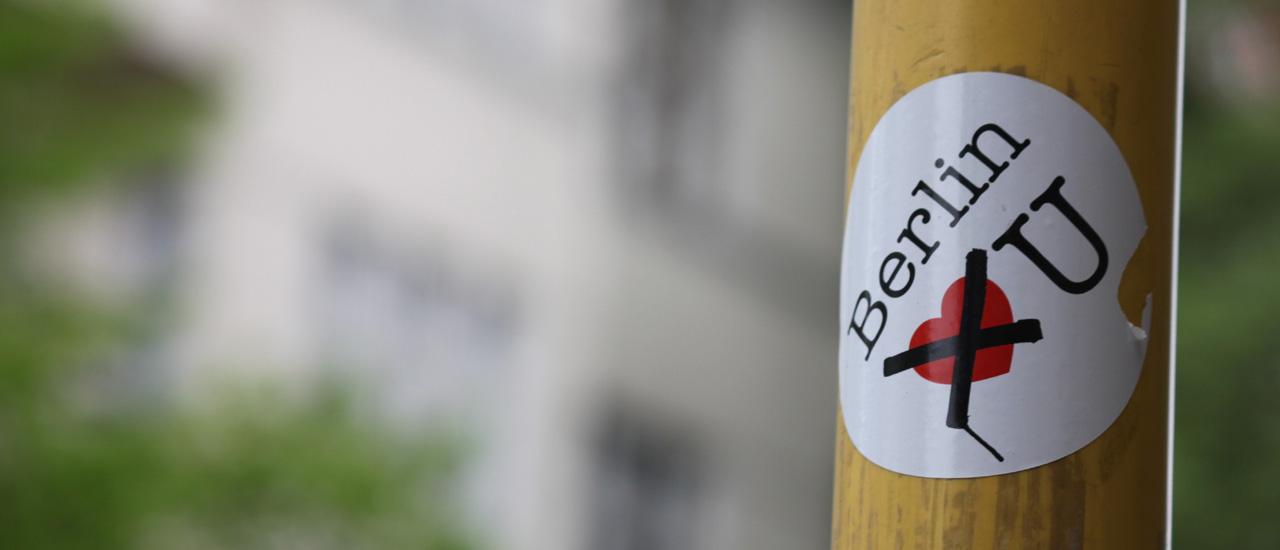 """Der Aufkleber mit dem durchgestrichenen Herz: """"Berlin does not love you!""""."""