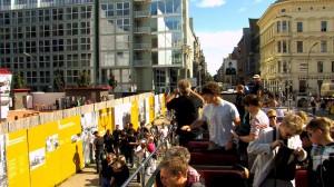 Viele Touristen suchen die ehemalige Berliner Mauer - wie hier am Checkpoint Charlie.