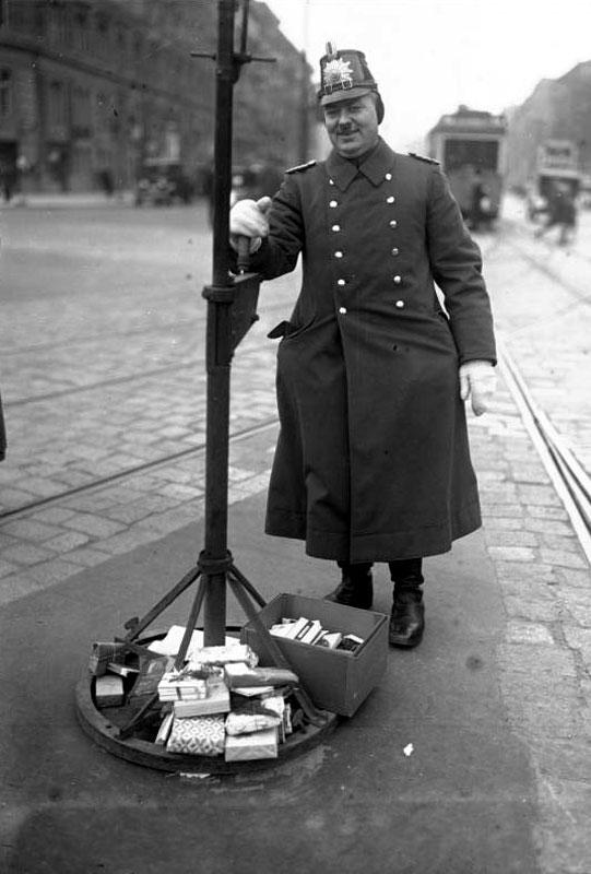 24.Dezember 1931: Autofahrer beschenken Verkehrsschutzleute zum Weihnachtsfest