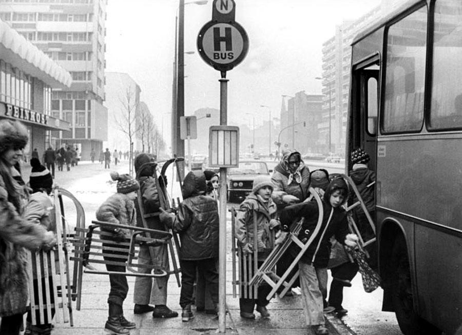 Auf zum rodeln in den Friedrichshain - Berliner Kinder
