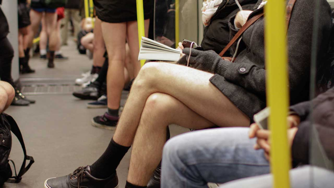 No Pants Subway Ride - mit Schlüpper in der U-Bahn