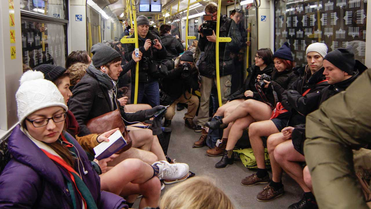 No Pants Subway Ride - mit Schlüpper in der U-Bahn